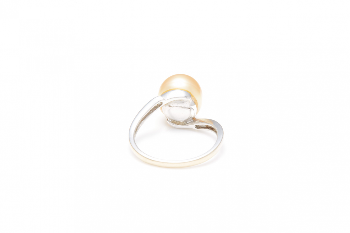 Lot 30 - AN 18K WHITE GOLD AND GOLDEN PEARL DRESS RING