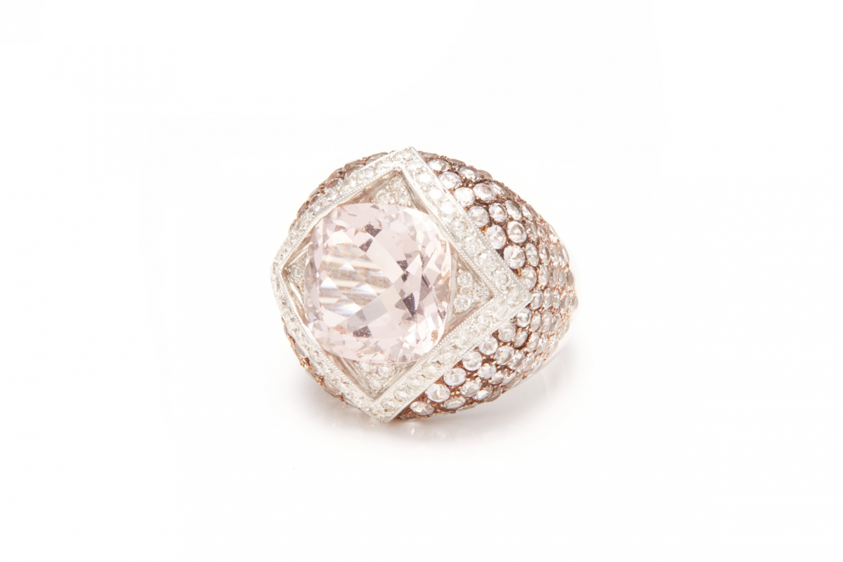 Lot 60 - A MORGANITE AND DIAMOND RING