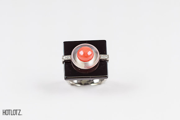 Lot 41 - ASCIONE - AN 18K WHITE GOLD, ONYX, CORAL AND DIAMOND RING