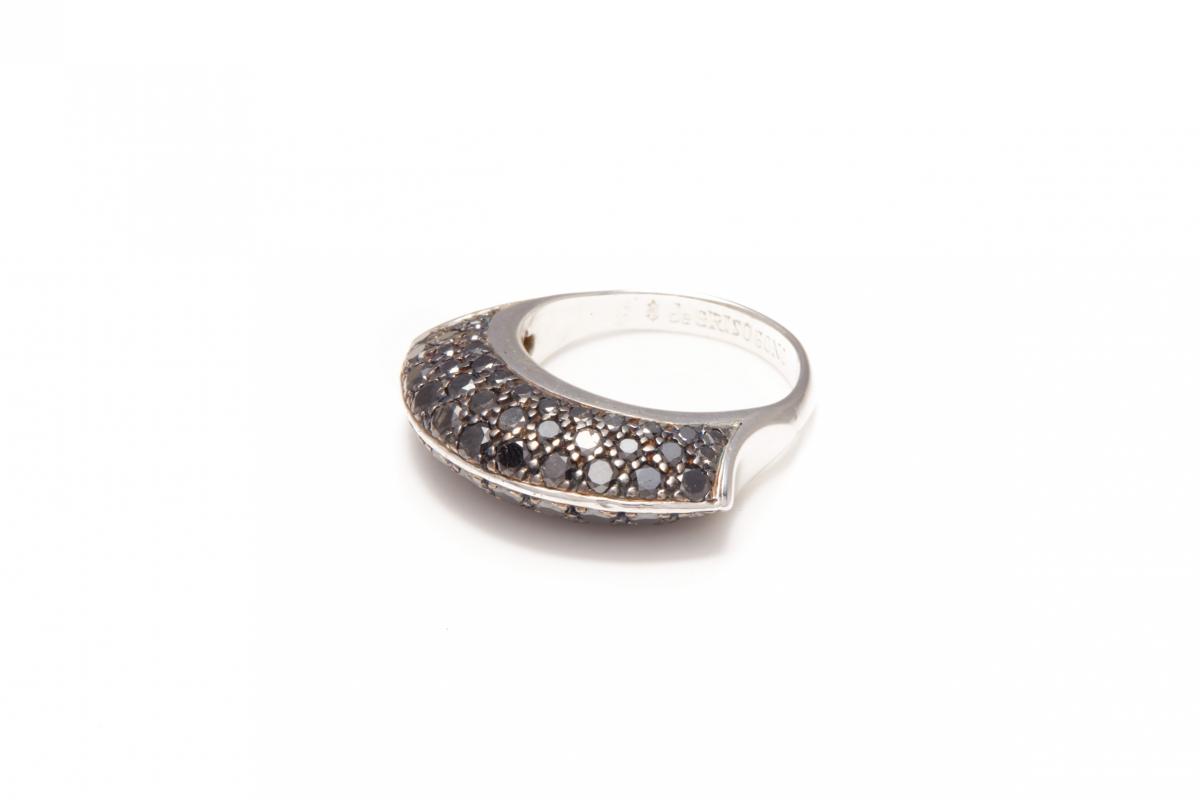 Lot 44 - DE GRISOGONO - AN 18K WHITE GOLD AND BLACK DIAMOND RING