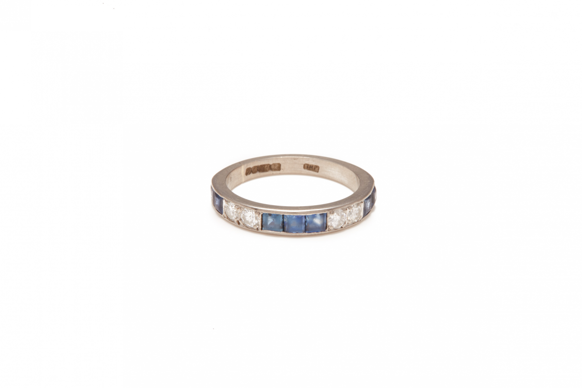 Lot 51 - AN 18K WHITE GOLD, DIAMOND AND SAPPHIRE HALF ETERNITY RING