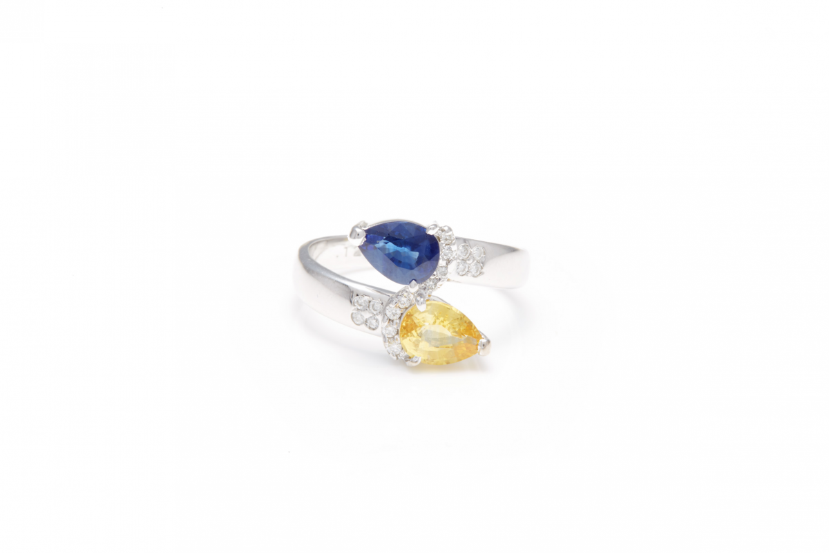 Lot 35 - AN 18K WHITE GOLD, DIAMOND AND COLOURED SAPPHIRE RING