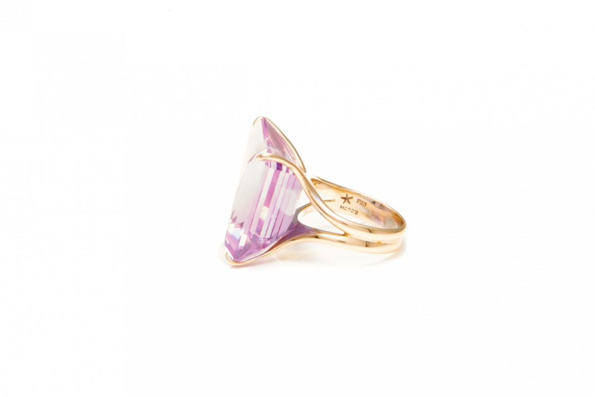 Lot 53 - H. STERN - AN 18K GOLD AND AMETHYST RING