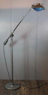 Lot 344 - Ferdinand SOLERE, Lampadaire à bras articulé en métal chromé et laqué gris, [...]