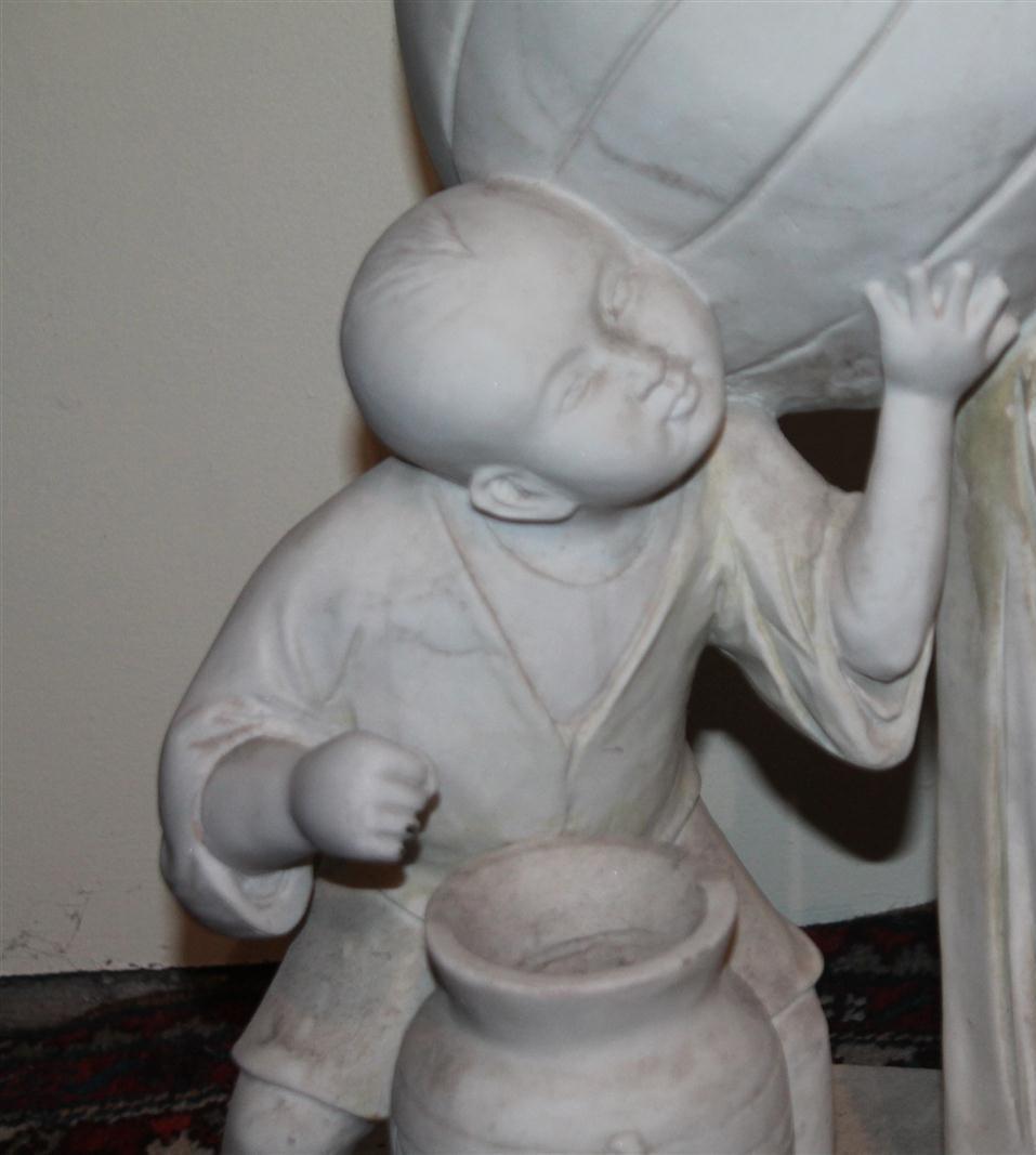 """Lot 186 - """"Femme asiatique et enfant"""" Groupe en marbre sculpté fin du 19ème siècle. H : 72 x [...]"""