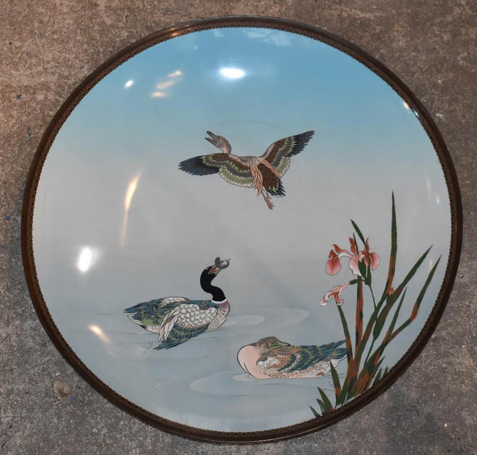 Lot 260 - Chine, Important plat en émaux cloissonés polychromes à décor de canards et iris [...]