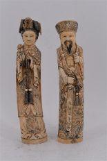 Lot 160 - Paire d'OKIMONOS en ivoire, couple de dignitaires, H. 35 cm et 36 cm (petit manque à [...]