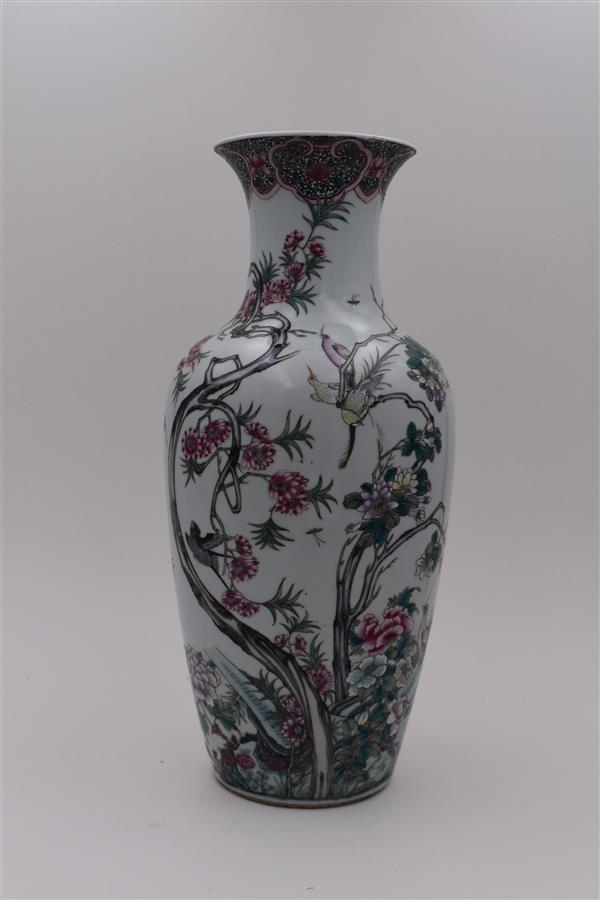 Lot 152 - Chine, XIXe-XXe siècles, Vase à décor de branchages et oiseaux (percé), H. 45 cm -