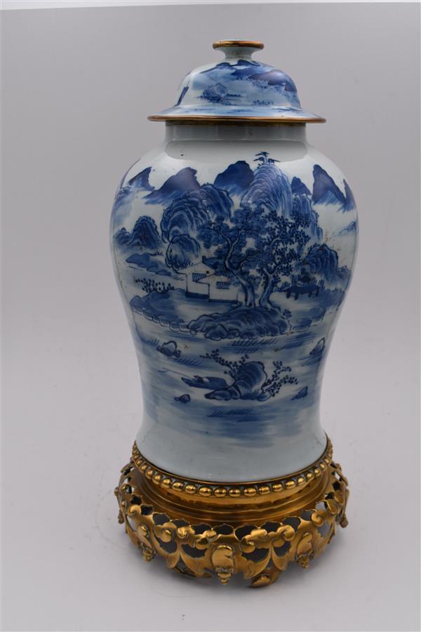 Lot 159 - CHINE (porcelaine) Potiche couverte à décor, en camaïeu bleu, d'un paysage [...]