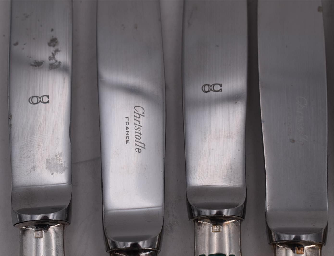 Lot 132 - CHRISTOFLE 12 couteaux en métal argenté modèle Talisman Laque de Chine vert -