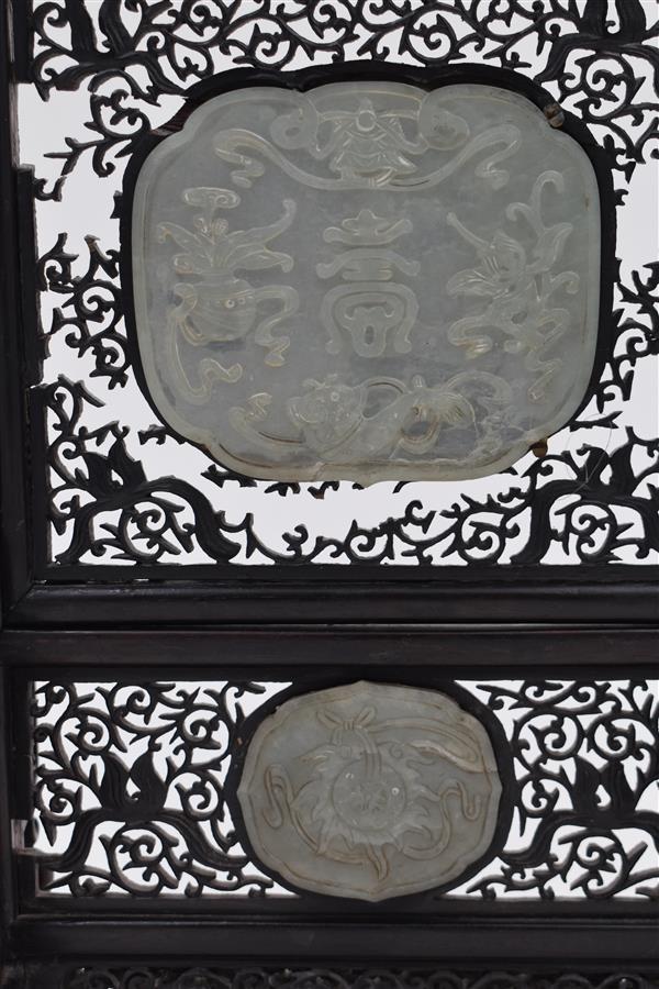 Lot 163 - Ecran de lettré en jade sculpté et bois de fer Chine 19ème siècle H.32,5 ; L. [...]