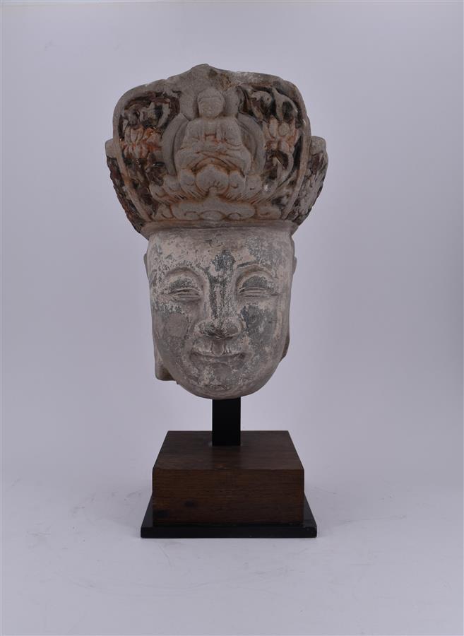 Lot 162 - Chine, Epoque Ming (1368-1644), Tête en pierre de Bodhisattva, H. -