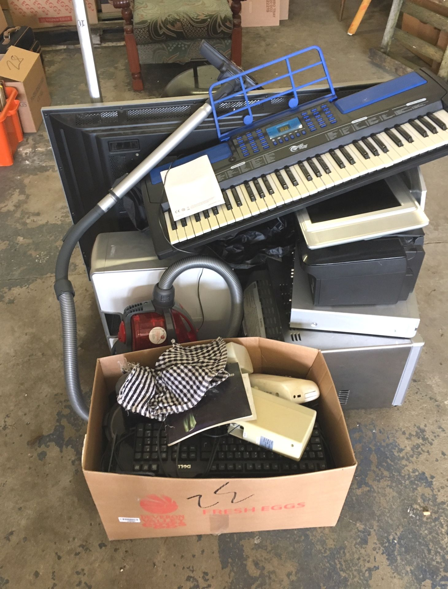 Lot 32 - Large Lot of Electrical Items.