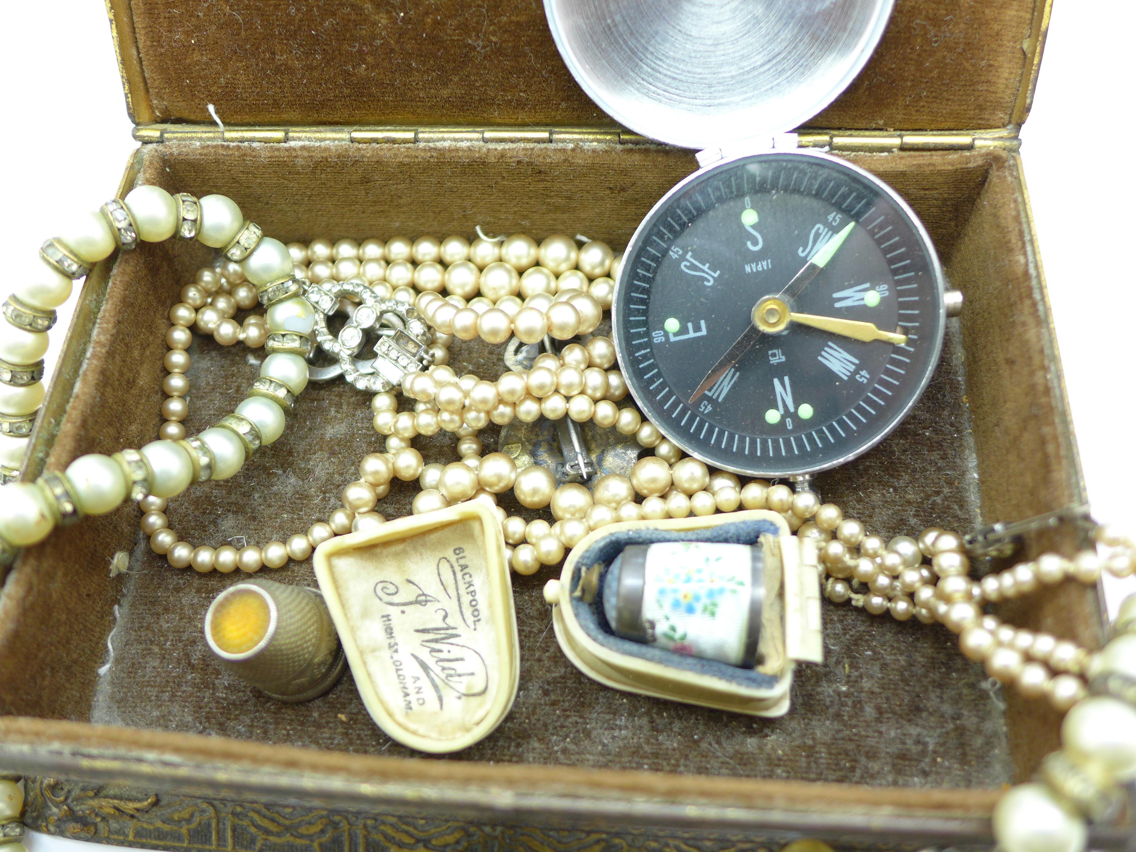 Lot 656 - A jewellery box with jewellery, 0.