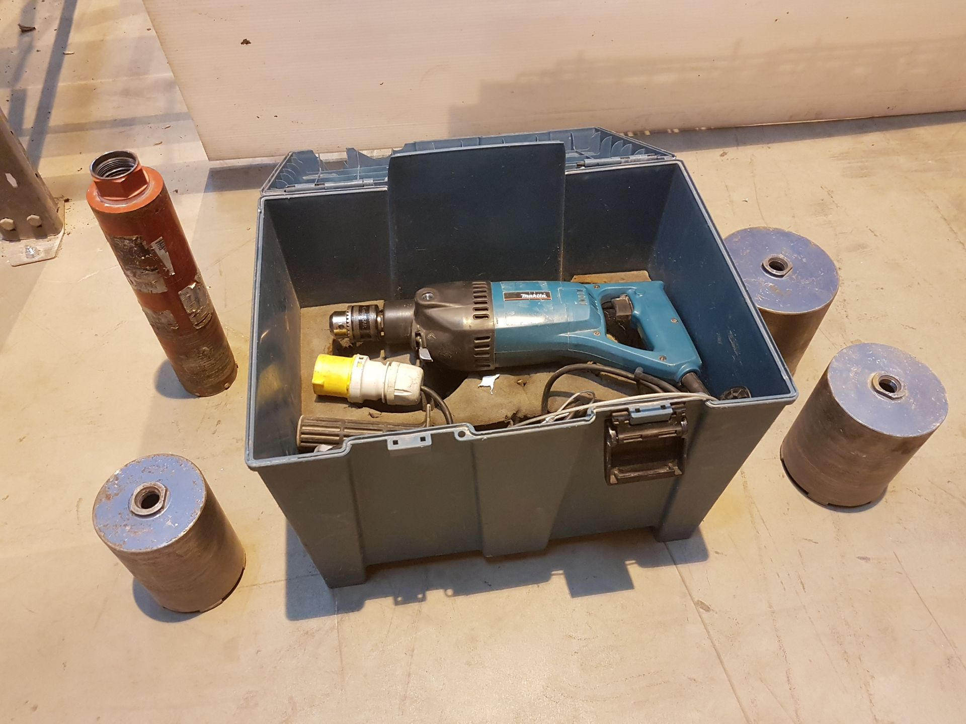Lot 21 - Makita L/DUTY DRY 110v DIAMOND DRILL - 110V MAKT0575, working
