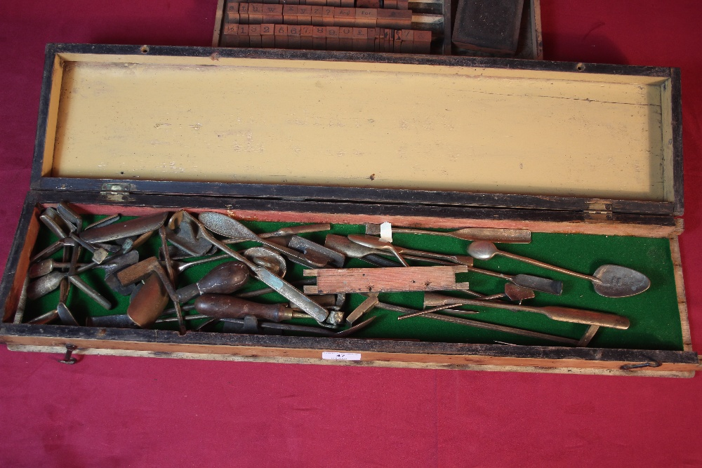 Lot 47 - A tray of sculptors tools and a tray of wooden pri
