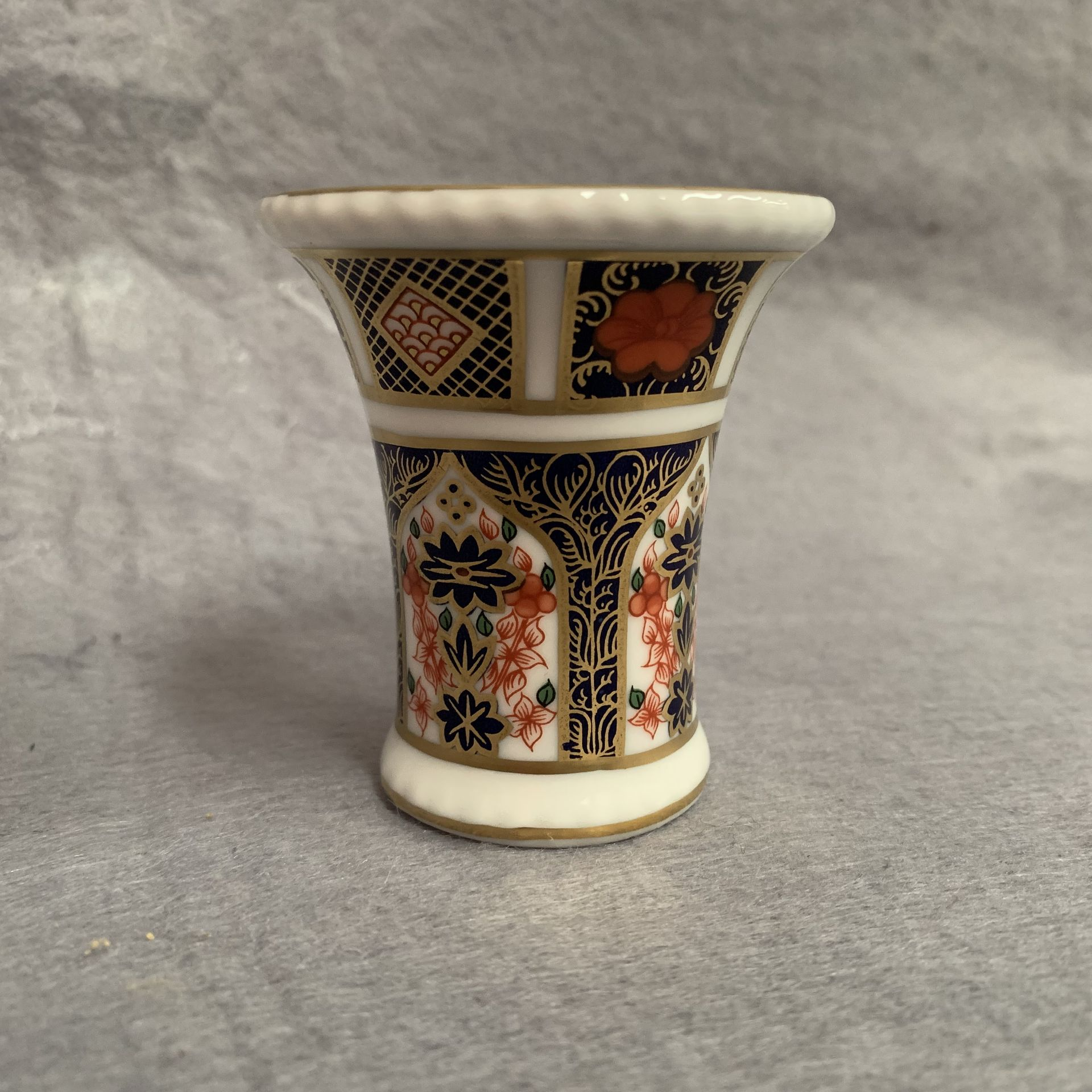 Lot 15 - Royal Crown Derby small vase (boxed) Old Imari pattern 1128 LIV