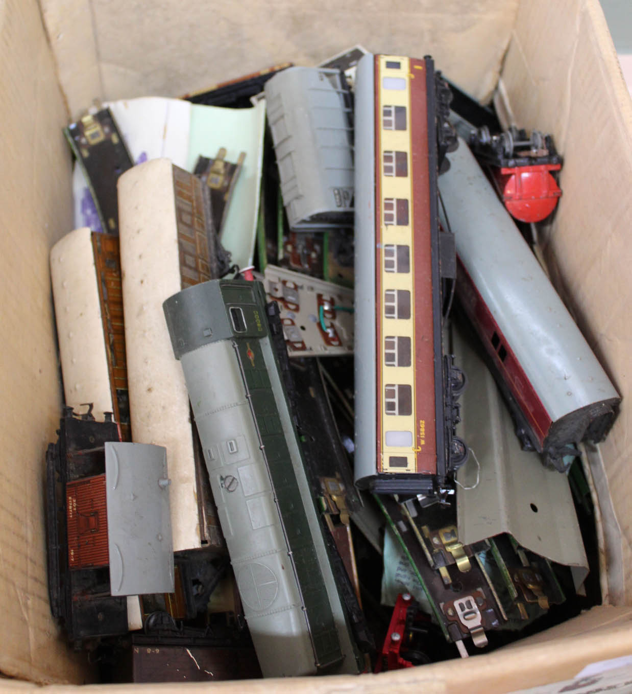 Lot 3 - Hornby Dublo diesel loco D8000 and carriages,