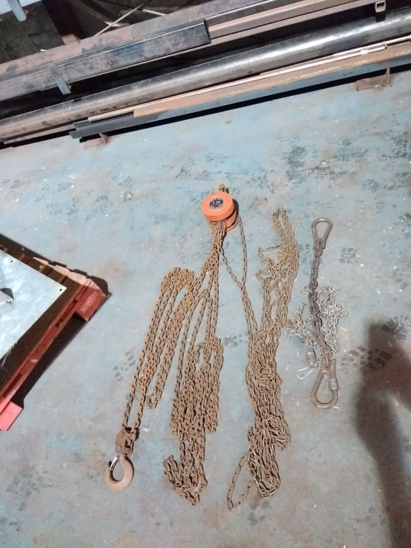 Lot 21 - 2t Chain block and chains. No VAT on this item.