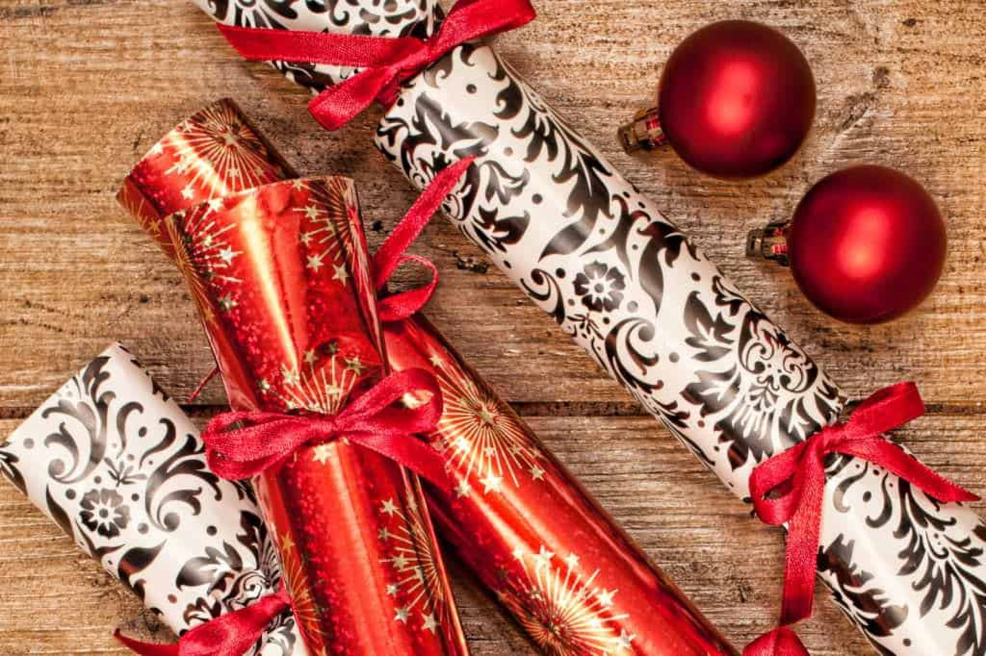 Lot 18170 - V Brand New Box of 12 Deluxe Christmas Crackers - Box of 12 - Red Design