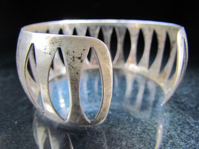 Lot 3 - Silver 925 bangle with pierced marks
