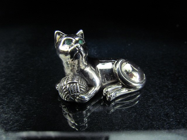 Lot 14 - Sterling silver figure of a cat set with green stone