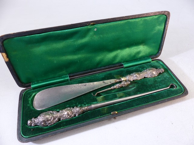 Lot 10 - Hallmarked silver handled shoe horn and button pull boxed set