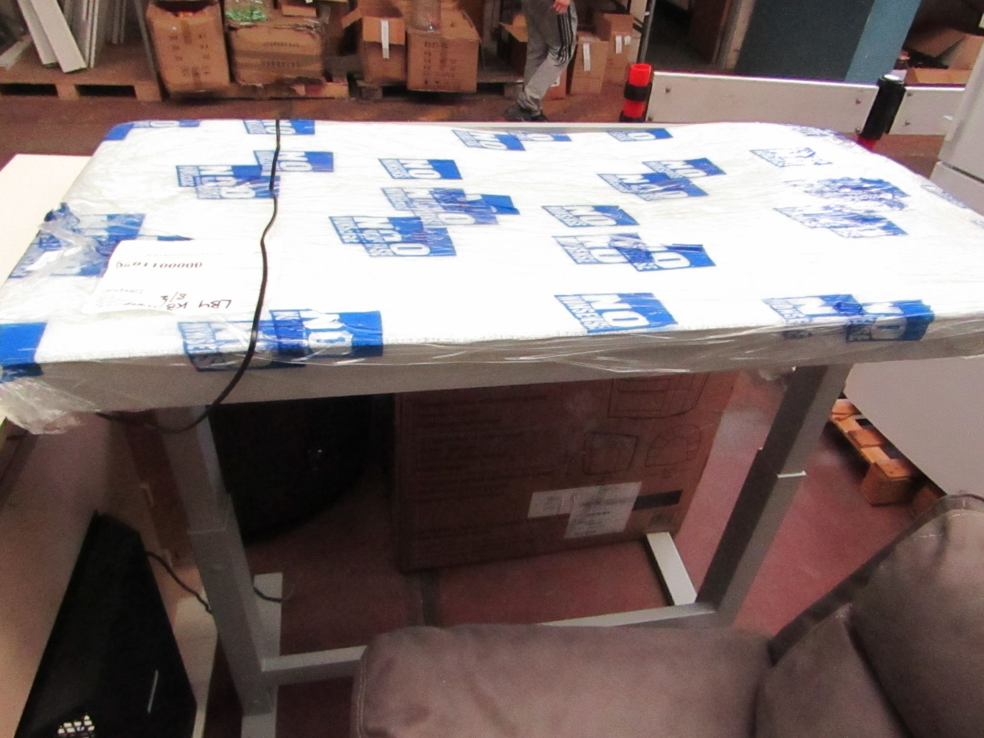 Lot 31 - Twinstar electric adjustable height desk, the mechanism works but the glass desk top is smashed