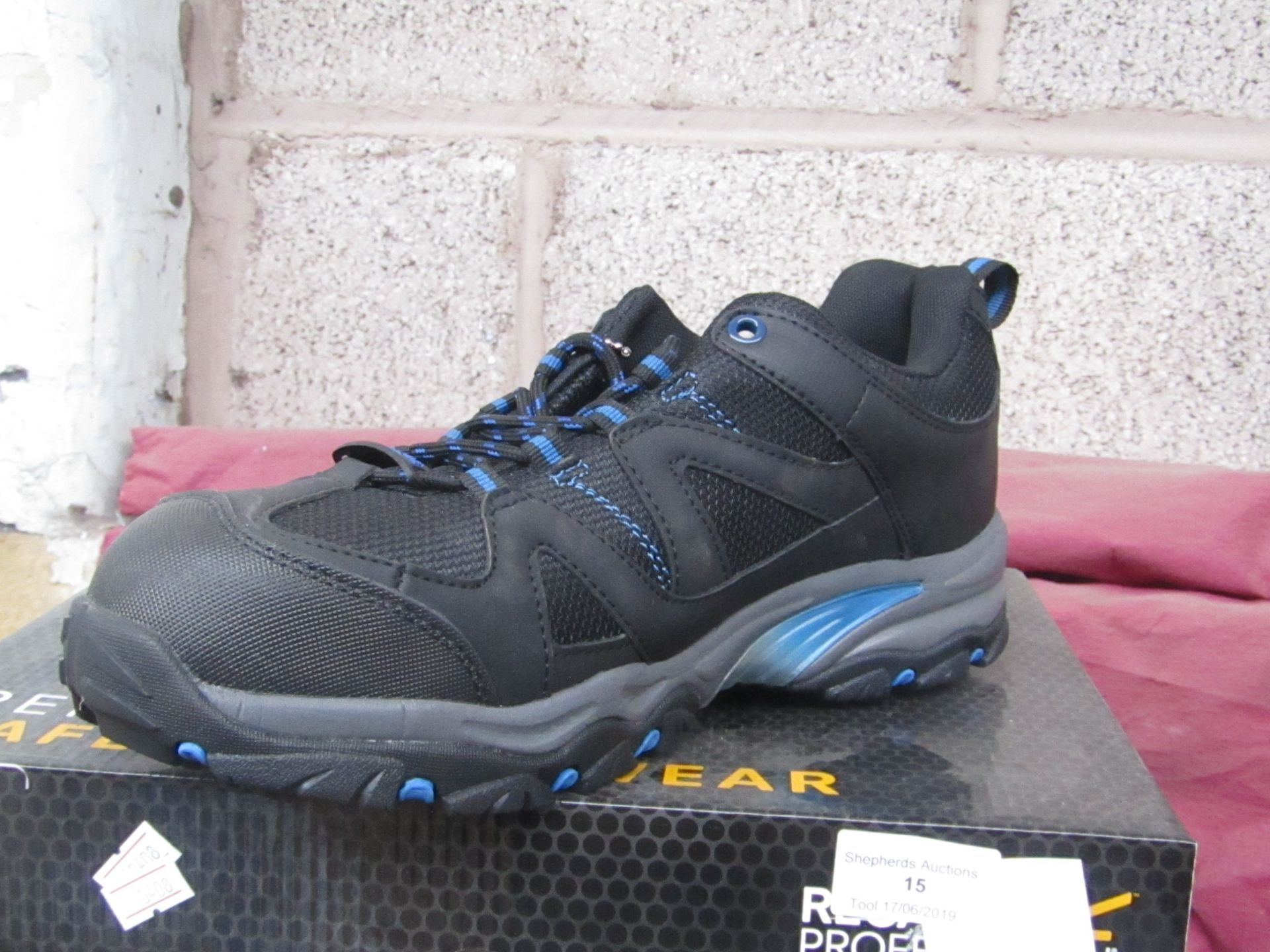Lot 15 - Regatta professional safety footwear, size UK 9, boxed and new