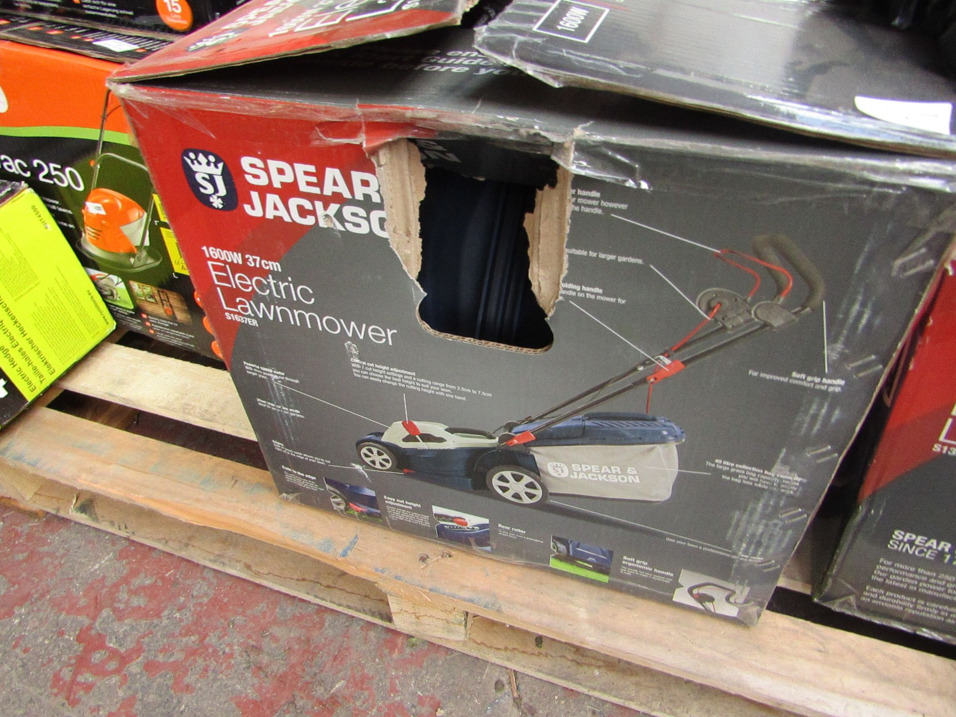 Lotto 4 - Spear and Jackson 1600w Electric lawn mower, tested working and boxed but the back roller is broke