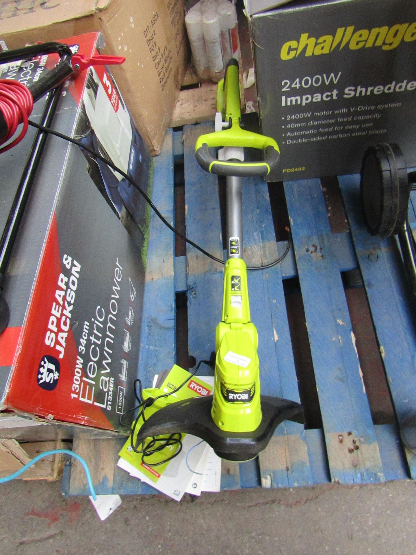 Lotto 2 - Ryobi one+ cordless grass trimmer, unable to check as no battery but does come with charger and