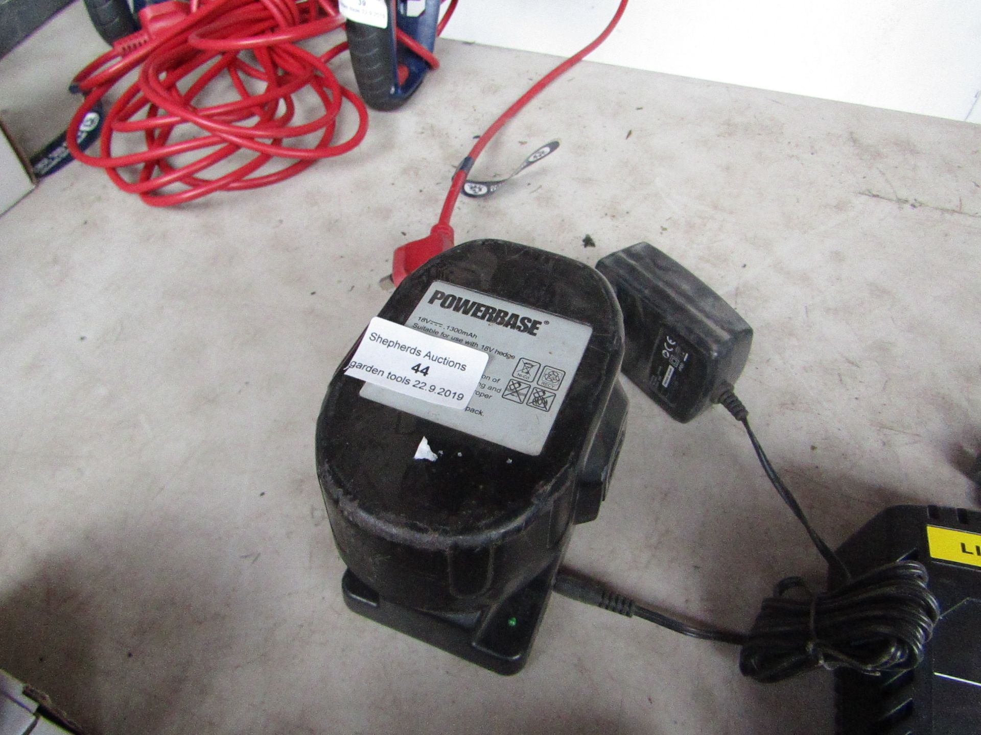 Lotto 44 - Power base 18V battery with a Sovereign 24V charger, both unchecked