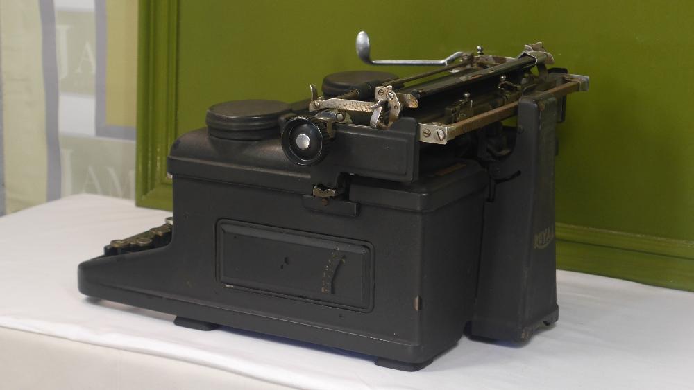 Lot 5 - Rare Vintage 1940s Royal KHM Typewriter