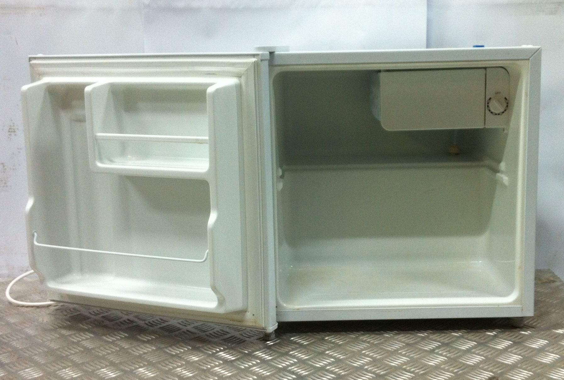 Lot 24 - LEC R50052W Mini Fridge