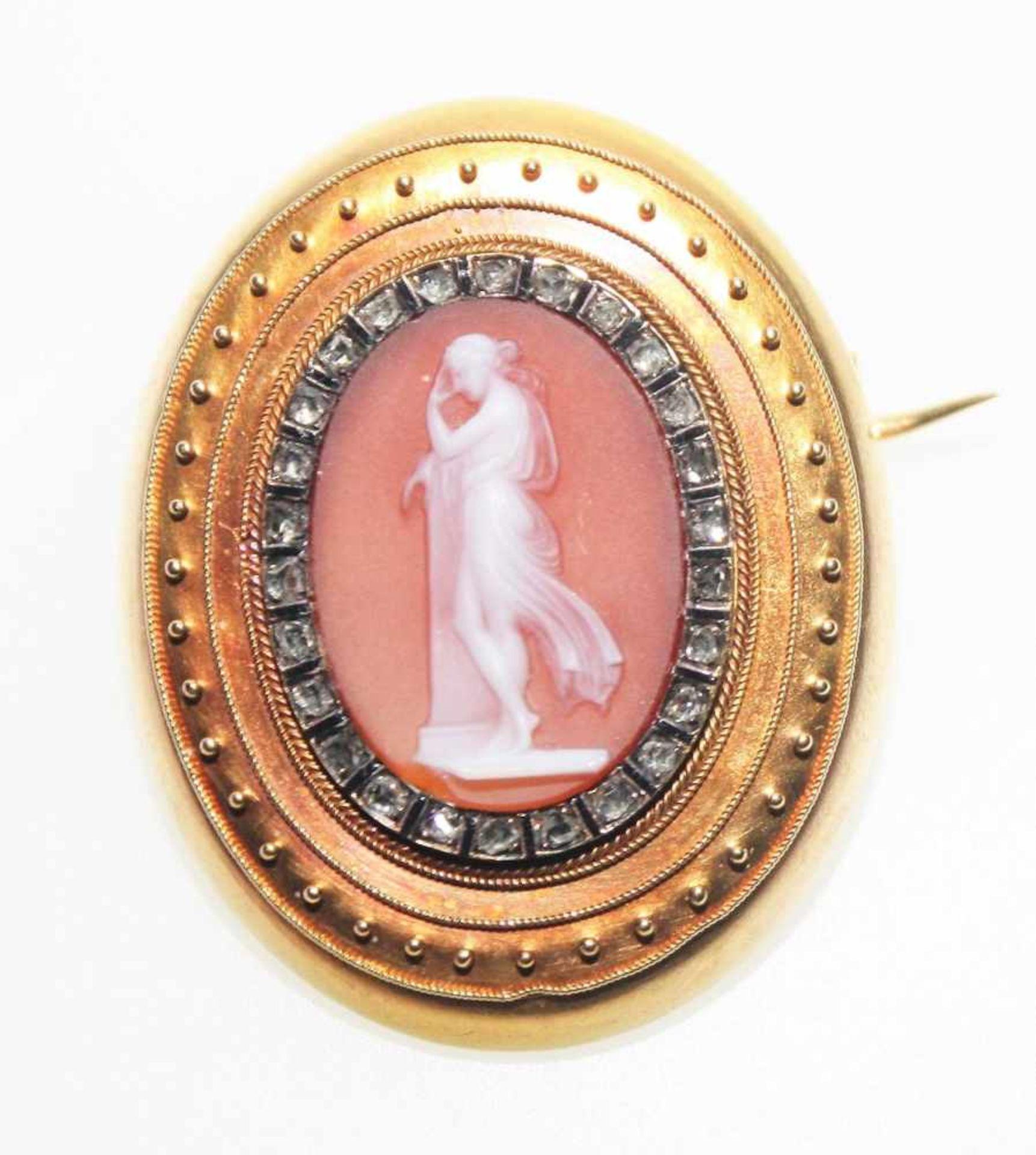 Los 1 - Feine, ältere Brosche ca. 750/f mit ovaler Kamee, umrahmt von kleinen Diamantrosen. Brgw. 8,0 g