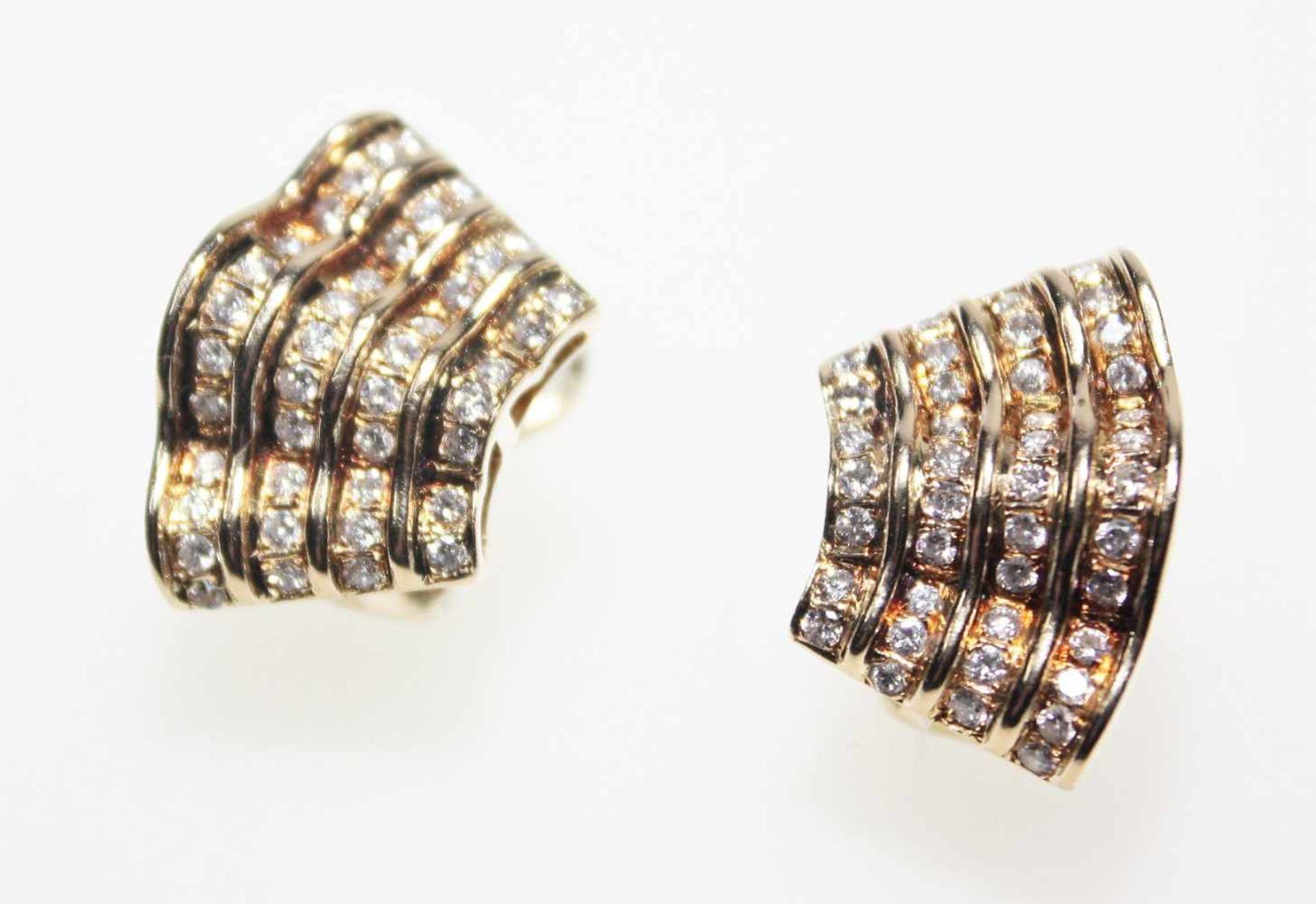 Wellenförmige, goldene Ohrclips mit Dorn 585/f gest. ausgefasst mit Diamanten in Brillantschliff
