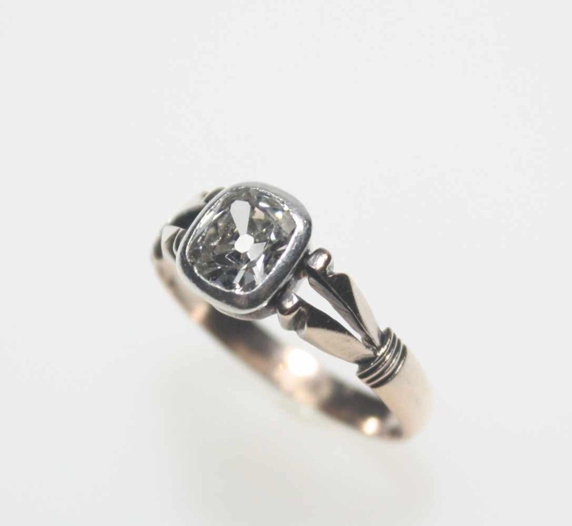 Los 2 - Älterer, goldener Ring ca. 585/f mit einem stumpf/rechteckigen Diamanten ca. 6,9 x 5,9 x 3,2 mm in