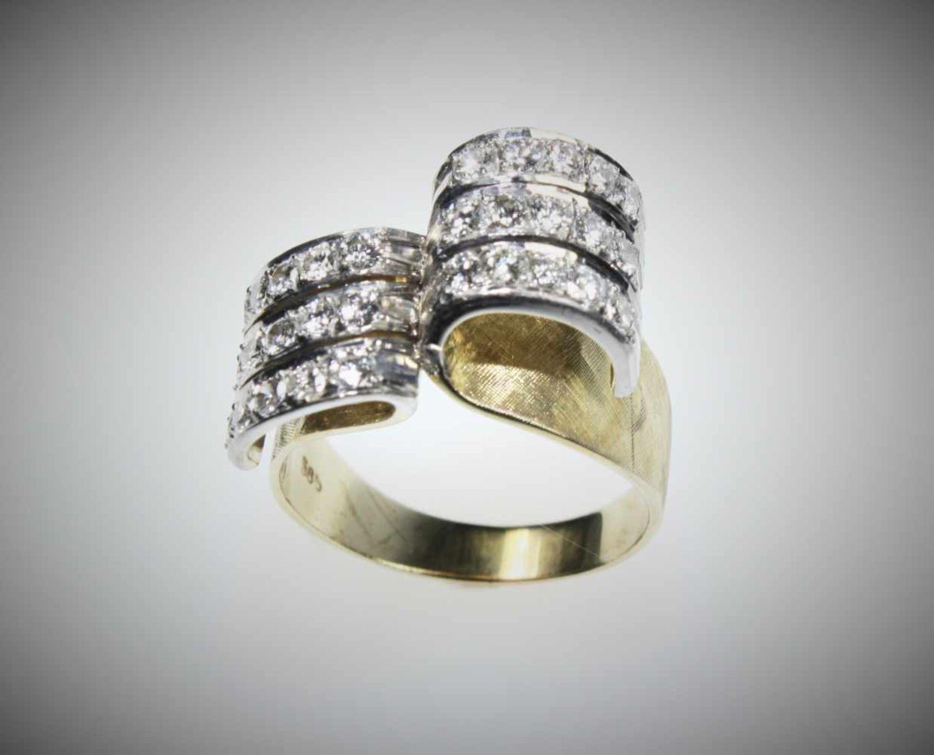 Ausgefallener Ring in Gelb- und Weißgold 585/f gest., als Ringkopf zur Seite je drei Streifen