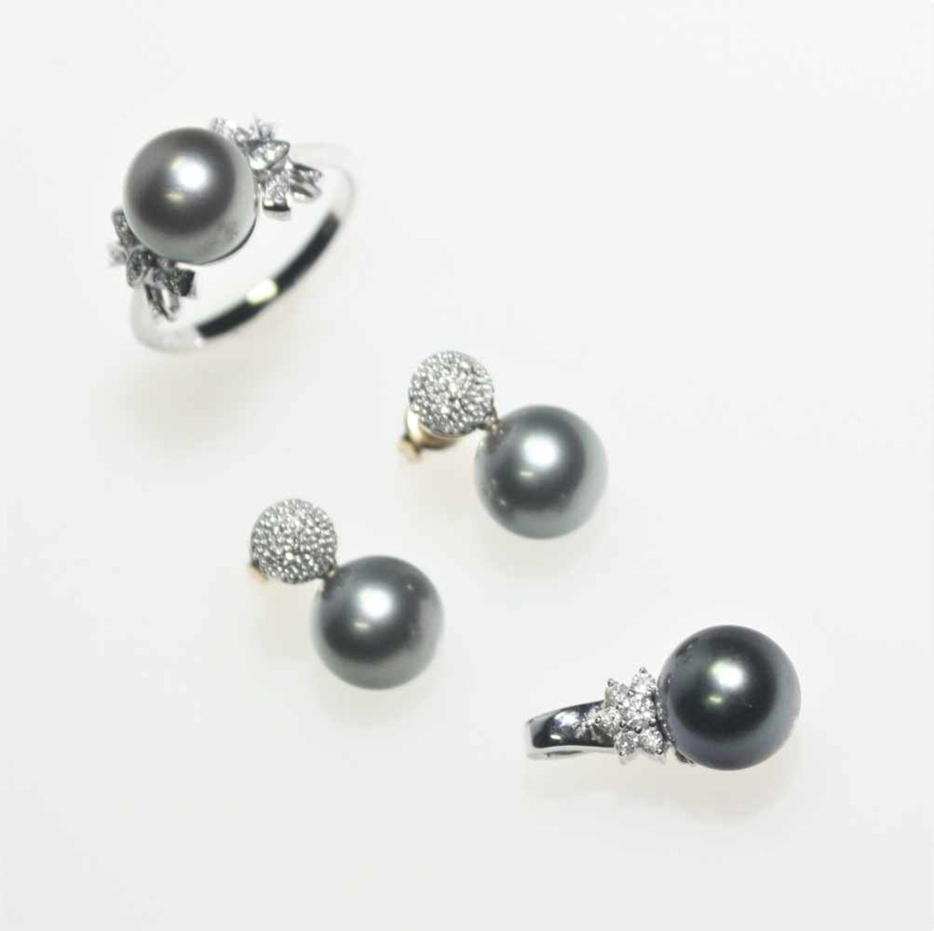 Los 58 - Modernes Perlkonvolut 585/f gest.;1 Weißgoldring mit einer grauen Perle, seitlich zur Ringschiene je