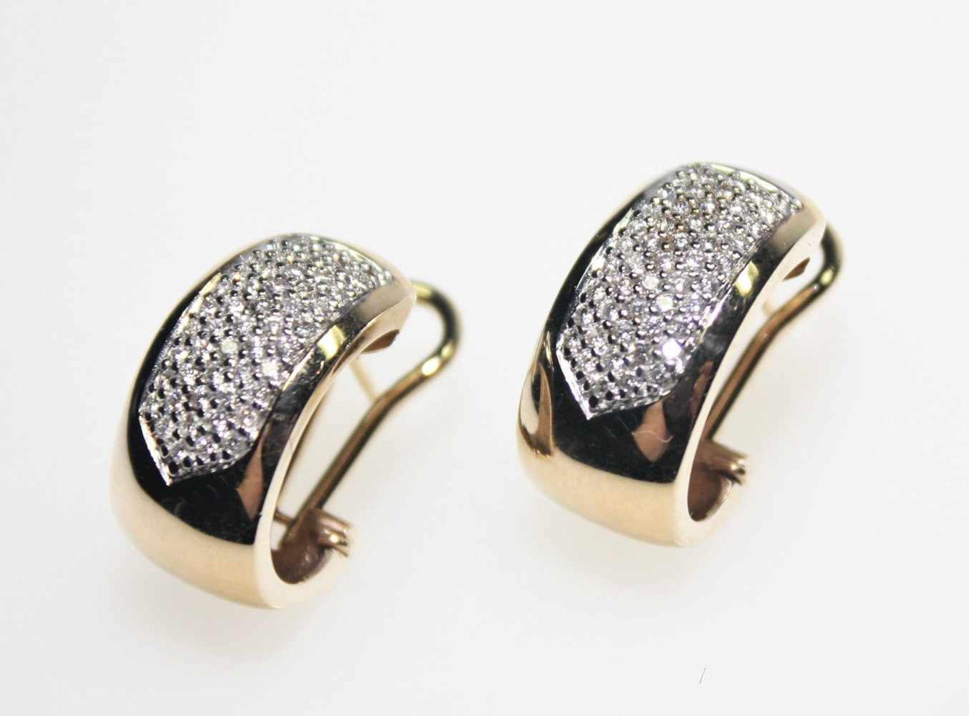 Los 46 - Moderne, goldene Ohrclips mit Dorn 585/f gest, Vorderteil paveé ausgefasst mit kleinen Diamanten
