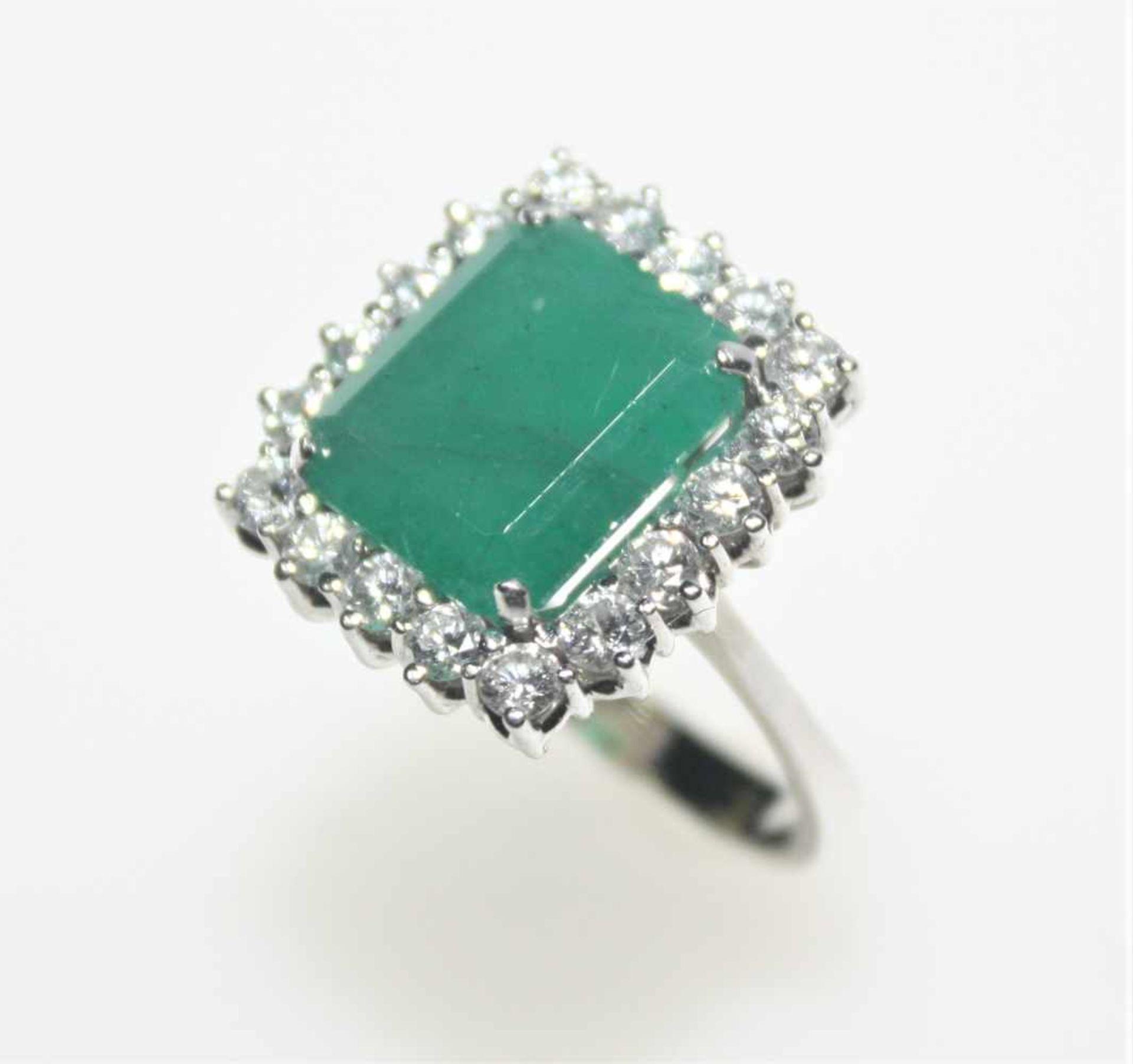 Los 34 - Weißgoldring 585/f gest. mit einem achteckigen Smaragd in Treppenschliff umgeben von Diamanten in