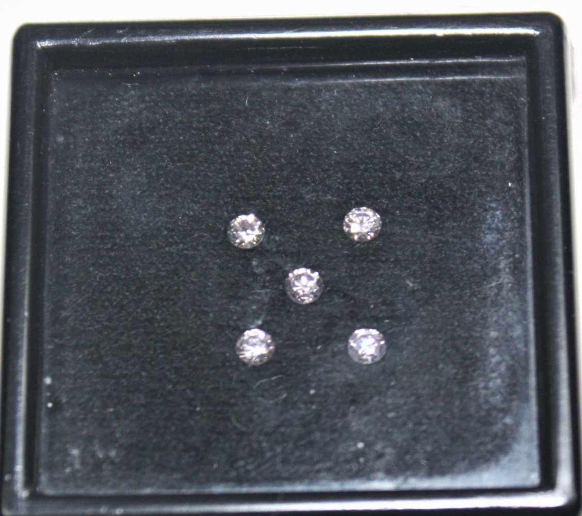 Los 19 - Fünf ungefasste, etwa gleich große, rosa Brillanten zus.ca. 0,30 ct.