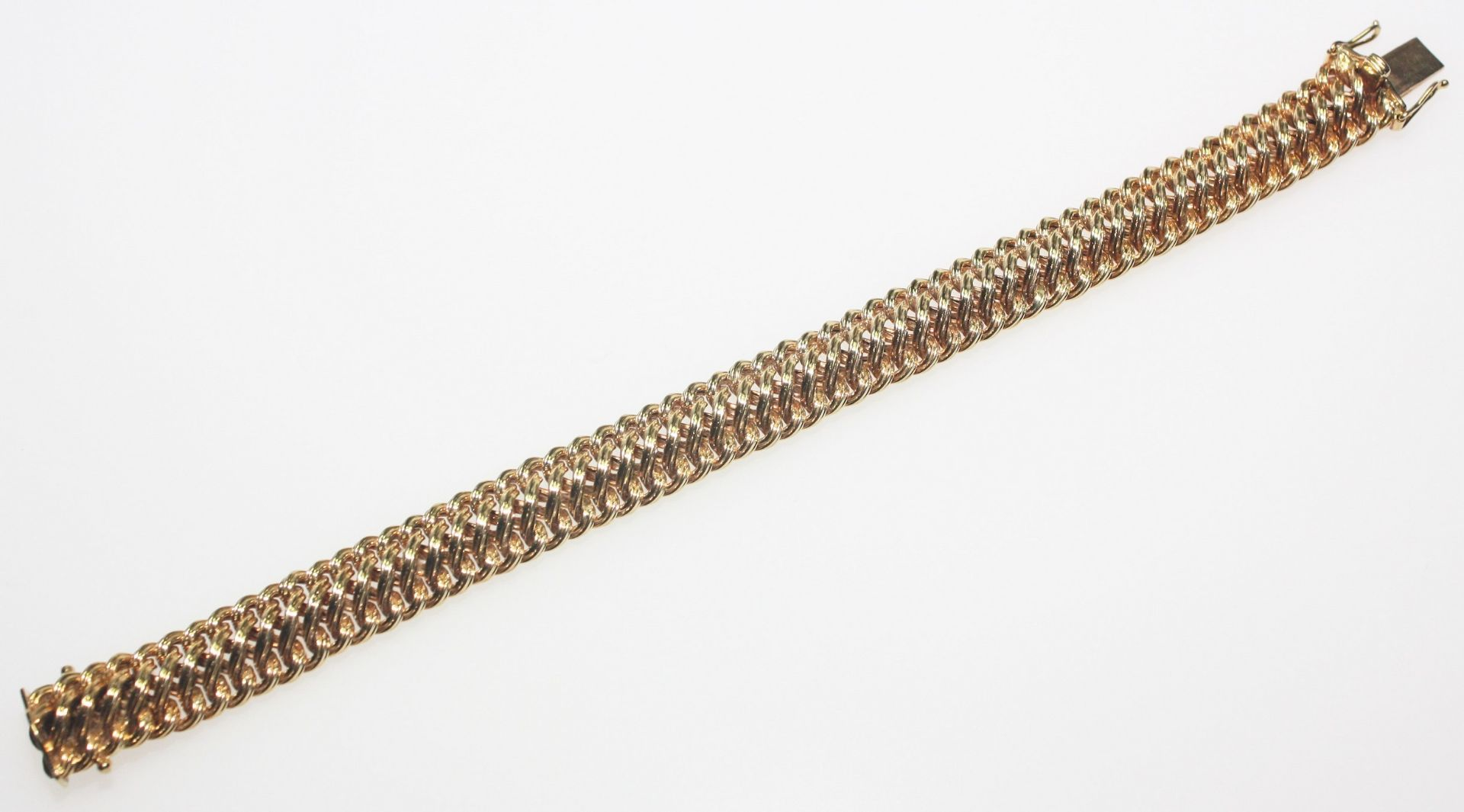 Los 36 - Goldenes Armband, leicht gewölbt 750/f gest., ca. 12 mm breit, 19 cm lang. Brgw. 30,5 g