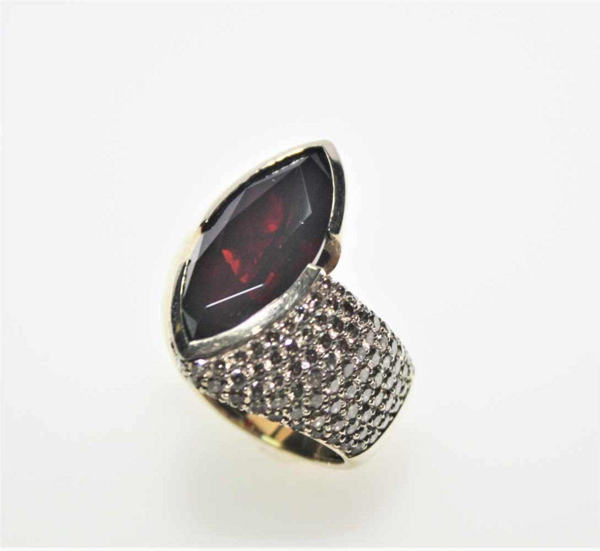 Los 45 - Breiter, goldener Designerring 750/f gest. mit einem längsgestellten, dunkelroten Granat in