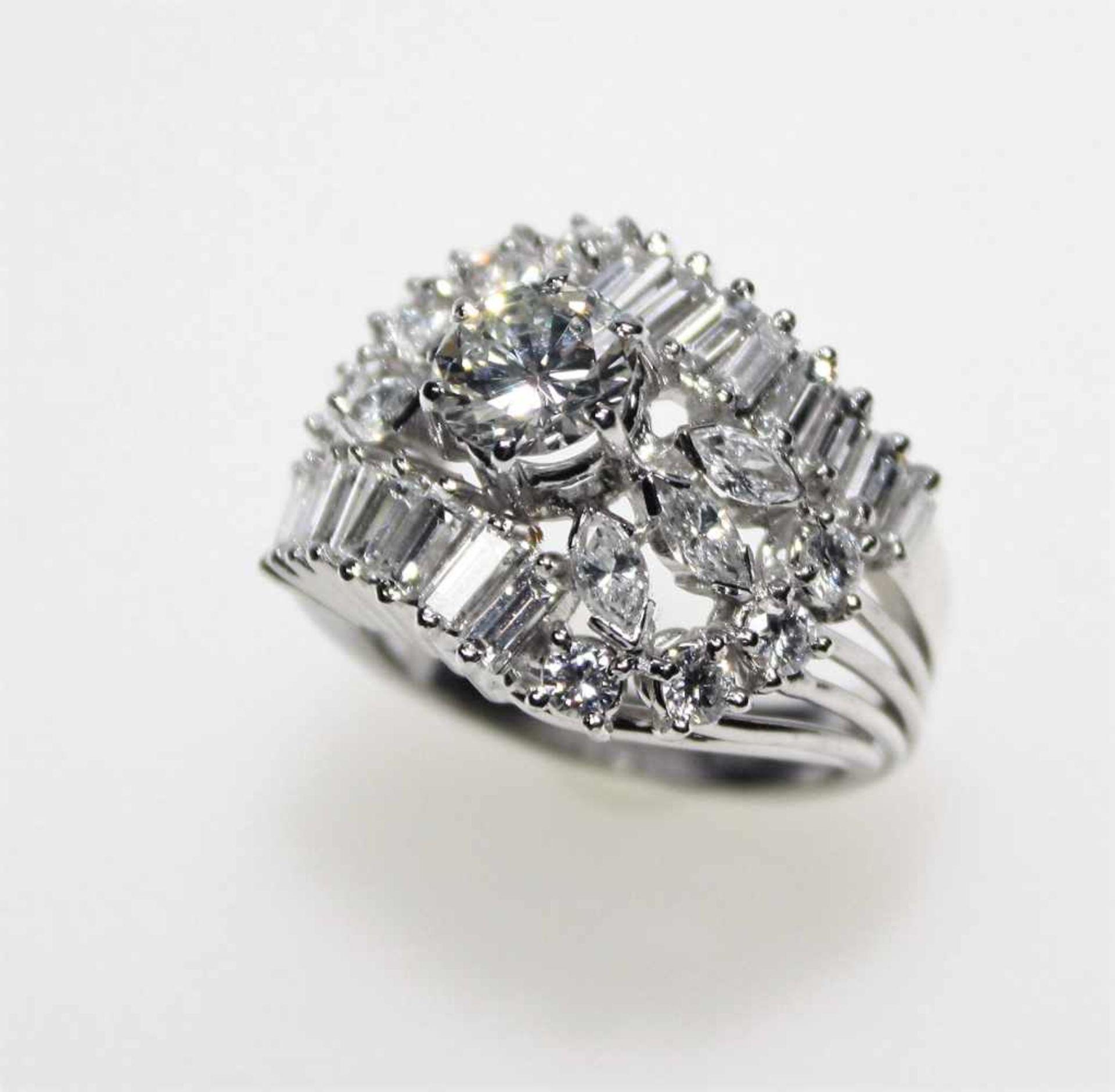 Los 20 - Weißgoldring ca. 750/f, verbreiterter Ringkopf mit Diamanten in Brillant-, Navette und