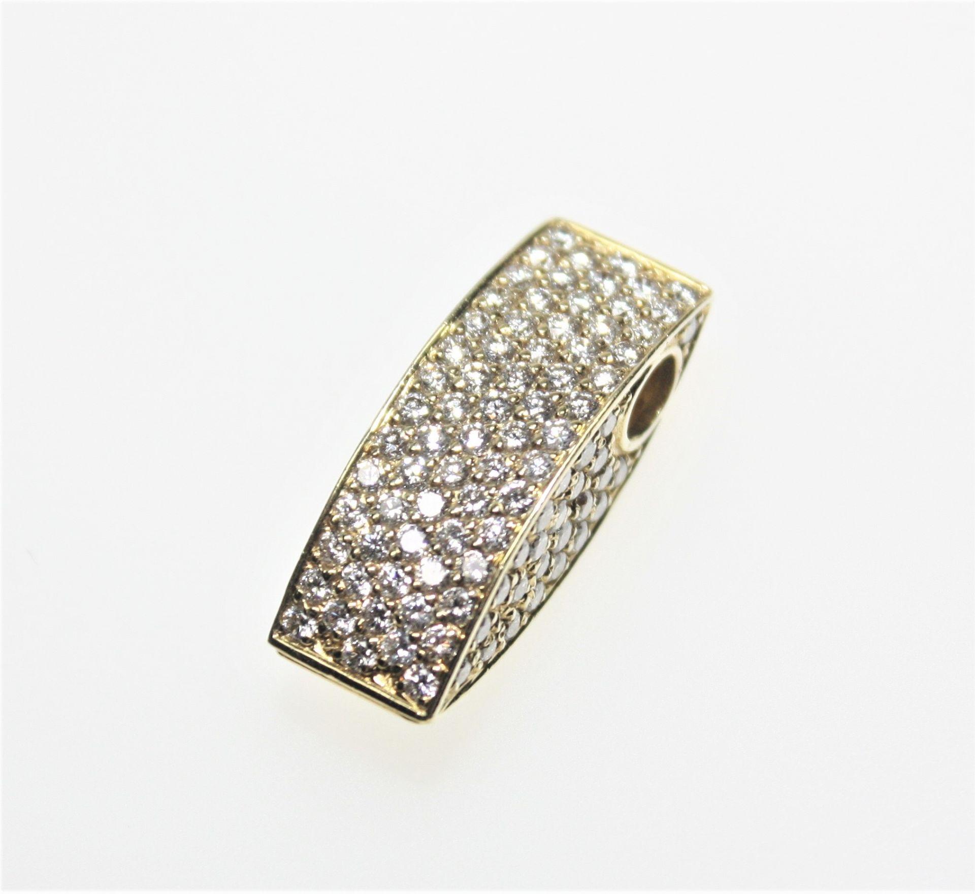 Los 7 - Moderner, goldener Anhänger 750/f gest., Vorder- und Seitenteile voll ausgefasst mit Diamanten in