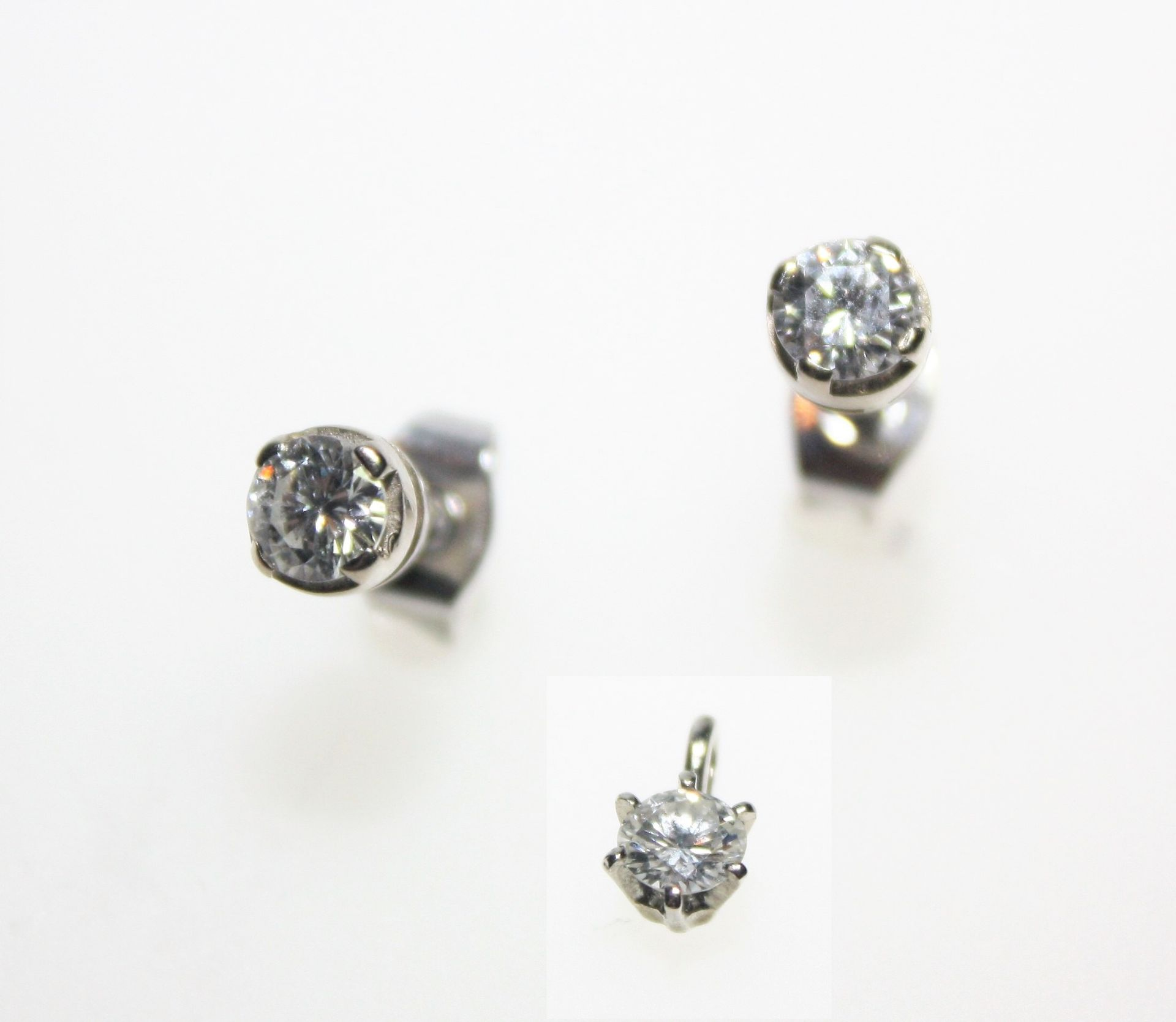 Los 9 - Kleine, weißgoldene Garnitur:1 kleiner Anhänger mit einem Diamanten in Brillantschliff ca. 0,33 ct