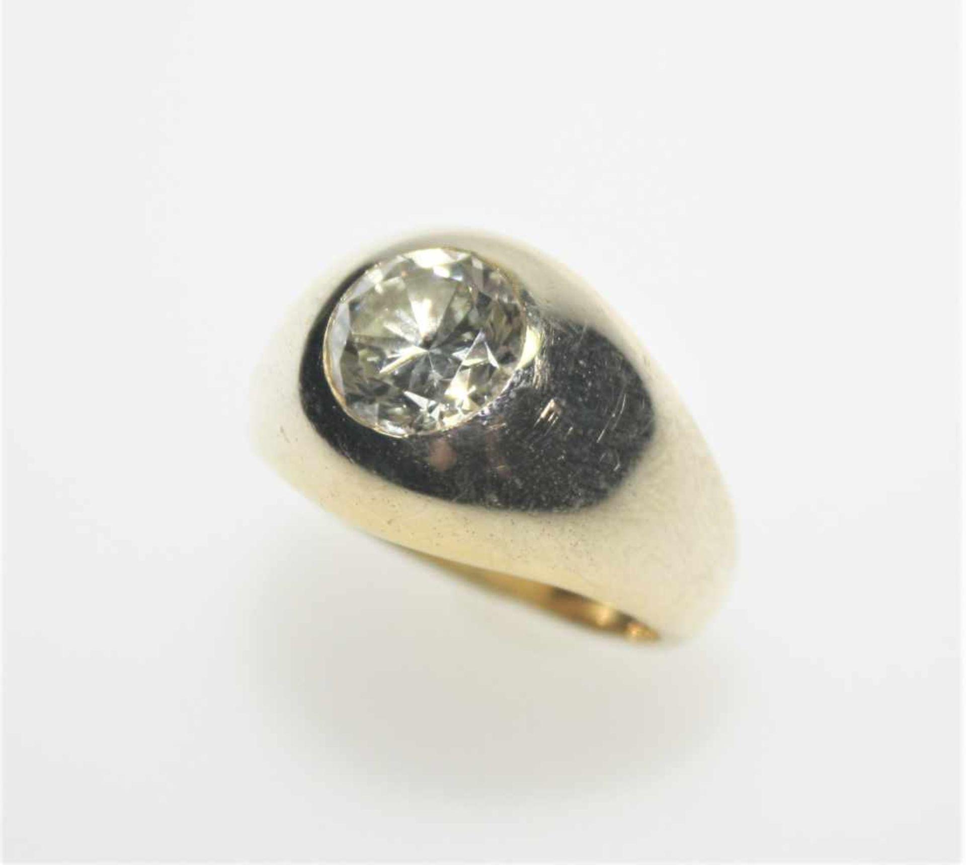 Goldener Bandring 585/f gest. mit einem Diamantsolitär ca. 2,50 ct, champagnerfarbig mit kleinen