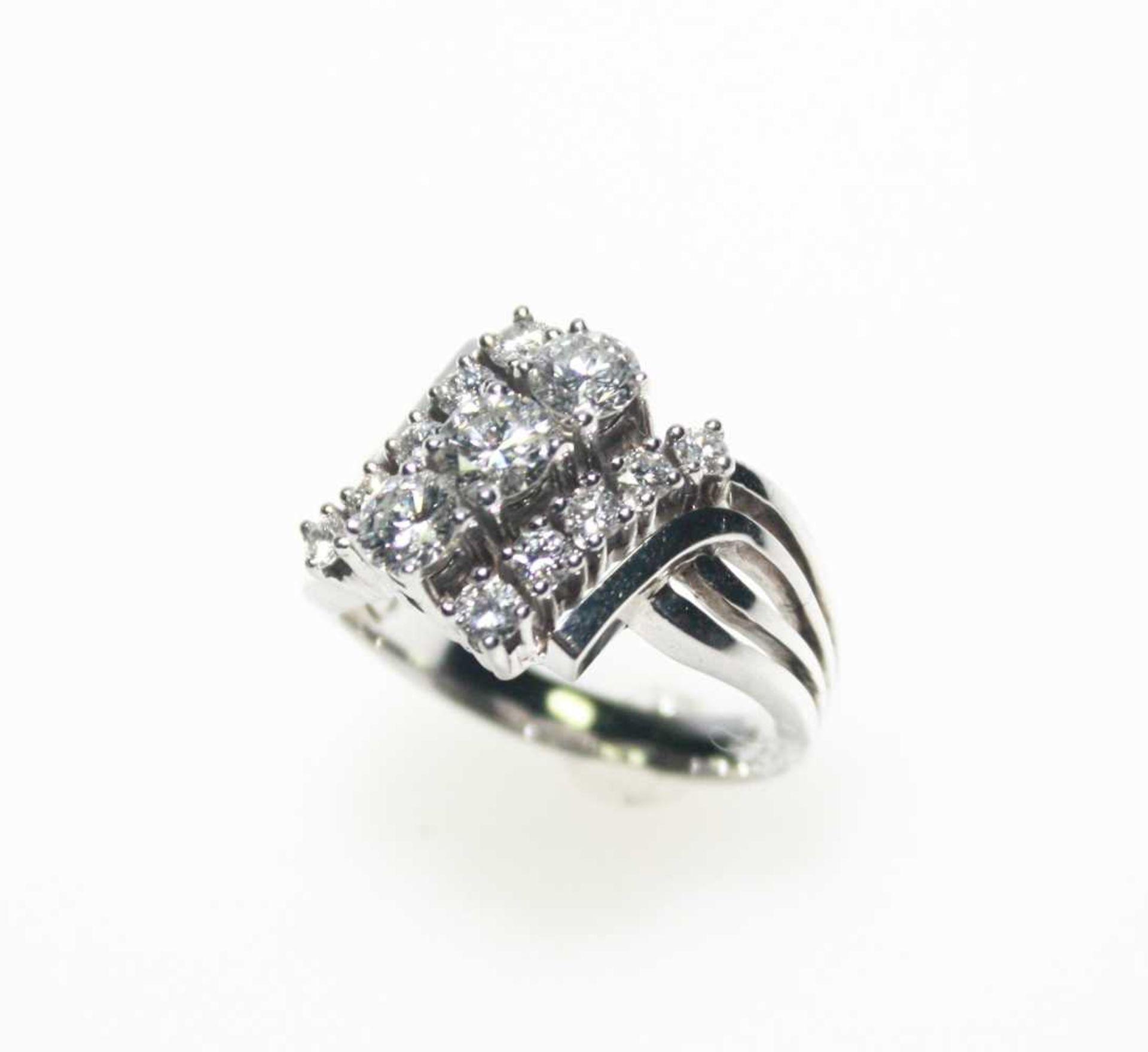 Weißgoldring 750/f gest., quer gestellt drei Diamanten in Brillantschliff zus. ca. 0,90 ct, seitlich