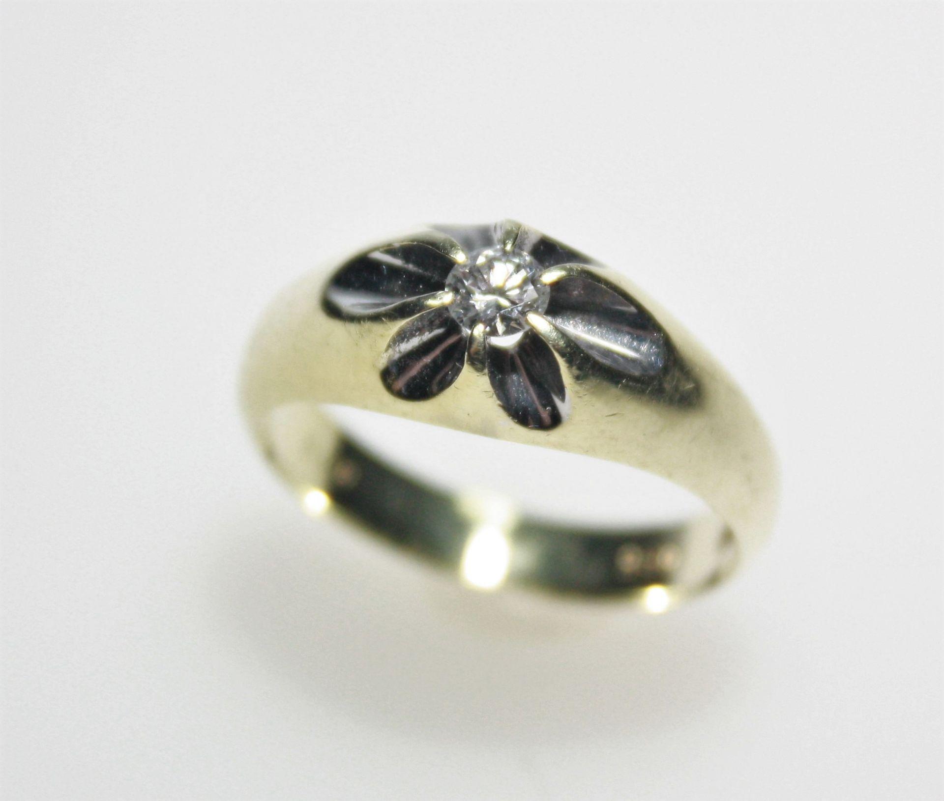 Goldener Bandring 585/f gest. mit einem Diamanten in Brillantschliff ca. 0,23 ct in guter bis feiner